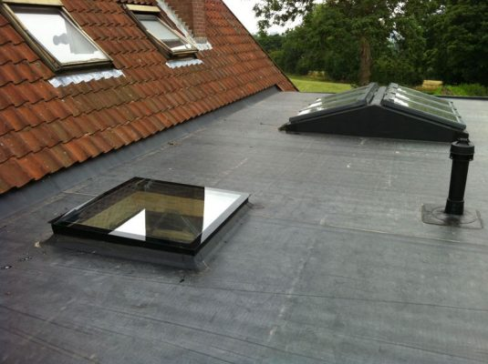 flat roof installation with skylight to the extension